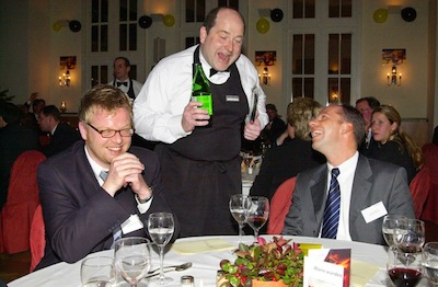 Komischer Kellner am Tisch